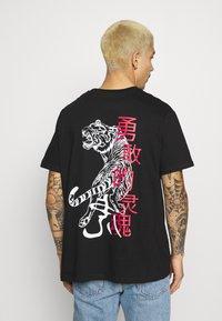 Brave Soul - FIERCE - T-shirt con stampa - black - 0