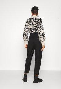 EDITED - LELIA PANTS - Trousers - schwarz - 2