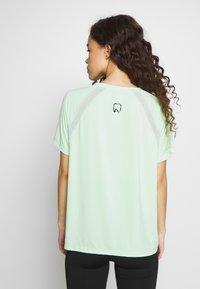 ONLY PLAY Petite - ONPPERFORMANCE LOOSE - Camiseta básica - green - 2