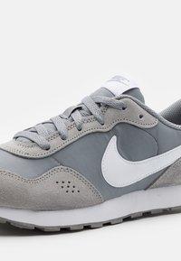 Nike Sportswear - VALIANT - Zapatillas - particle grey/white - 5