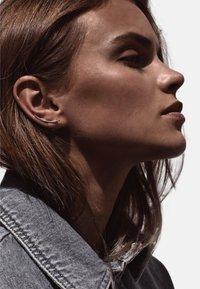 No More - HAMMERED CRAWLER EARRINGS - Earrings - silver - 1