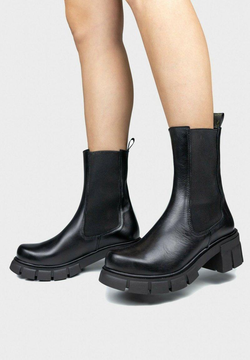 Maria Barcelo - BOTTE CHELSEA - Platform ankle boots - noir