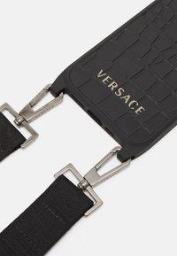 Versace - PHONE CASE UNISEX - Phone case - nero/oro - 2