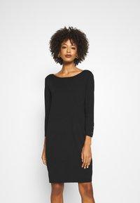 comma - Pletené šaty - black - 0