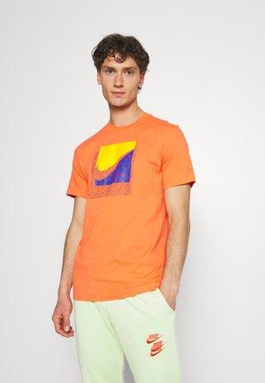 TEE BRANDRIFF BOX - T-shirt med print - turf orange