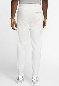 Nike Sportswear - CLUB - Tracksuit bottoms - vast grey/white - 2