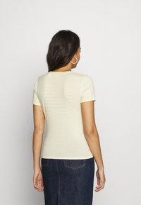 Levi's® - BABY TEE - T-shirt z nadrukiem - pale banana - 2