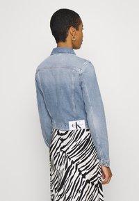 Calvin Klein Jeans - CROP TRUCKER - Džínová bunda - light blue - 2