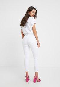 Topshop Petite - NEW WASH JAMIE - Jeans Skinny Fit - white - 2
