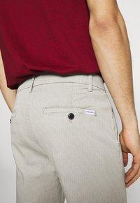 Lindbergh - SUPERFLEX PANTS  - Pantalon classique - light grey - 3