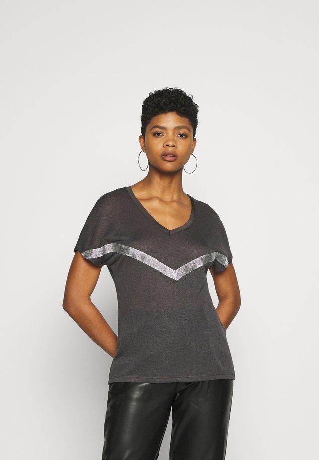 ONYRITA PREPPY - T-shirt imprimé - phantom/silver