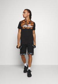 Ellesse - FASTELLO - T-shirt imprimé - orange - 1