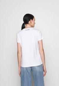 KARL LAGERFELD - IKONIK OUTLINE - Print T-shirt - white - 2