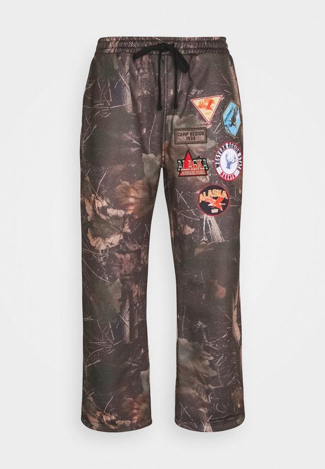 WOODLAND BADGE JOGGERS - Pantaloni sportivi - camo