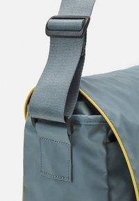 Converse - COATED RETRO MESSENGER UNISEX - Across body bag - grey - 3