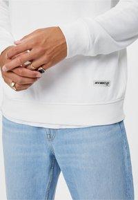 Bershka - MIT RUNDAUSSCHNITT  - Sweatshirt - white - 3