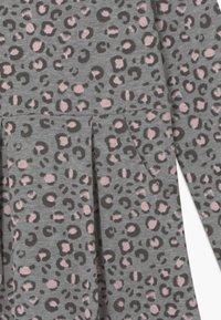 happy girls - Žerzejové šaty - grey/light pink - 3