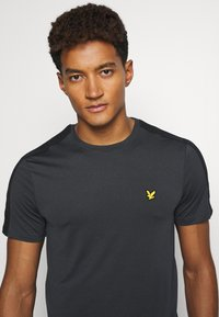 Lyle & Scott - SLEEVE TAPE TEE - Basic T-shirt - true black - 3