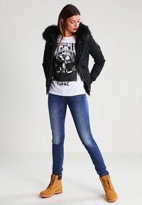 Urban Classics - 2PAC - T-shirt con stampa - white - 1
