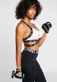Nike Performance - GYM PREMIUM FITNESS GLOVES - Fingerhansker - black/white - 0
