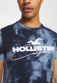 Hollister Co. - GRAPHIC - Print T-shirt - blue - 4