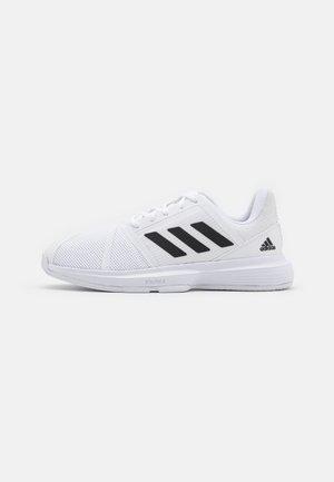 COURTJAM BOUNCE - Tenisové boty na všechny povrchy - footwear white/core black/silver metallic