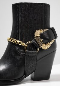 Versace Jeans Couture - Cowboy/biker ankle boot - nero - 2