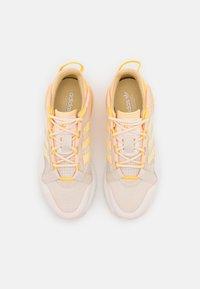 adidas Originals - ZX 2K BOOST PURE  - Joggesko - white/orange tint/solar gold - 13