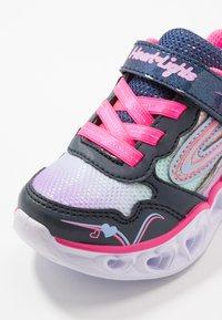 Skechers - HEART LIGHTS - Matalavartiset tennarit - neon pink/multicolor sparkle - 2