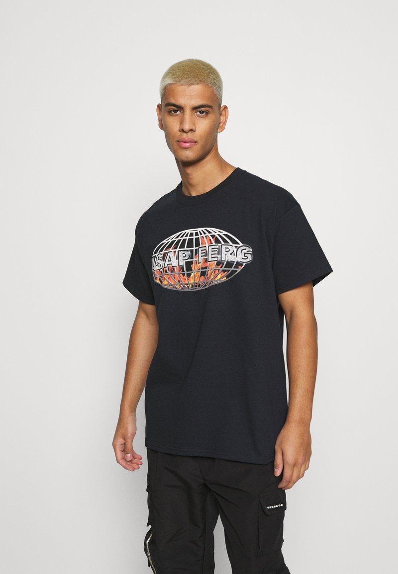 Mennace - A$AP FERG FLAME GLOBE  - T-shirt med print - black