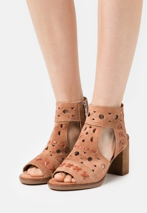 LISET - Sandals - argila