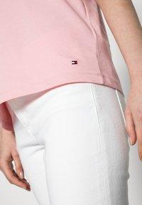 Tommy Hilfiger - CREW NECK GRAPHIC TEE - Print T-shirt - glacier pink - 4