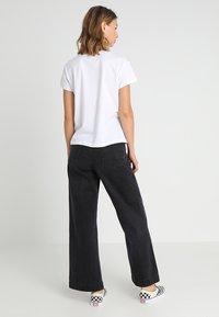 Merchcode - LADIES TALK TO THE HAND BOX TEE - Print T-shirt - white - 2