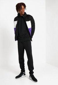 Urban Classics - SLEEVE TAPED CREWNECK - Sweatshirt - black/grey - 1