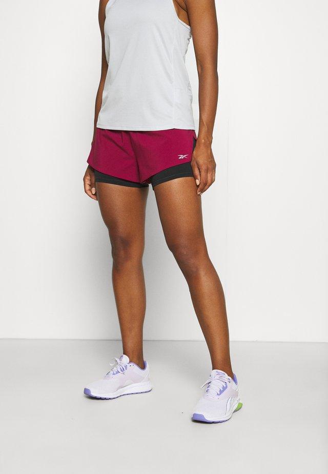 RUN SHORT - Pantaloncini sportivi - punch berry
