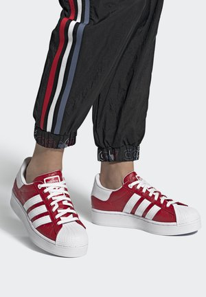SUPERSTAR BOLD - Zapatillas - scarlet/core black/footwear white