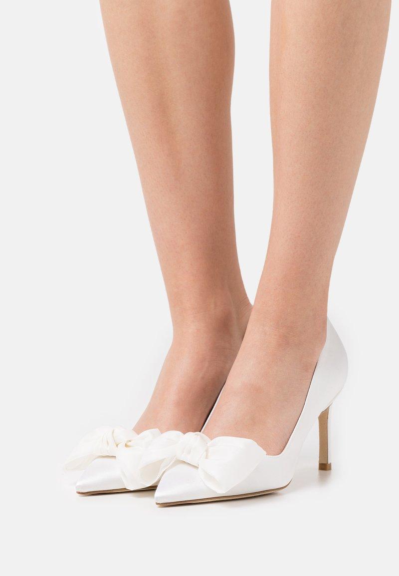 Stuart Weitzman - ANNY BOW - Klassieke pumps - white/cream