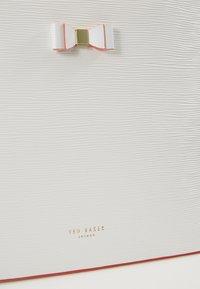 Ted Baker - DEANNAH SET - Handbag - ivory - 3