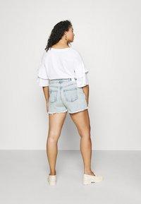 Pieces Curve - PCLAYA SUPER ACID - Shorts di jeans - light blue denim - 2