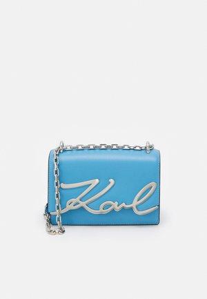 SIGNATURE SMALL SHOULDERBAG - Across body bag - bleuet