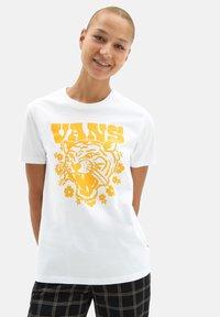 Vans - WM FLORAL TIGRE - Print T-shirt - white - 0