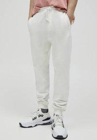 PULL&BEAR - Pantaloni sportivi - white - 0