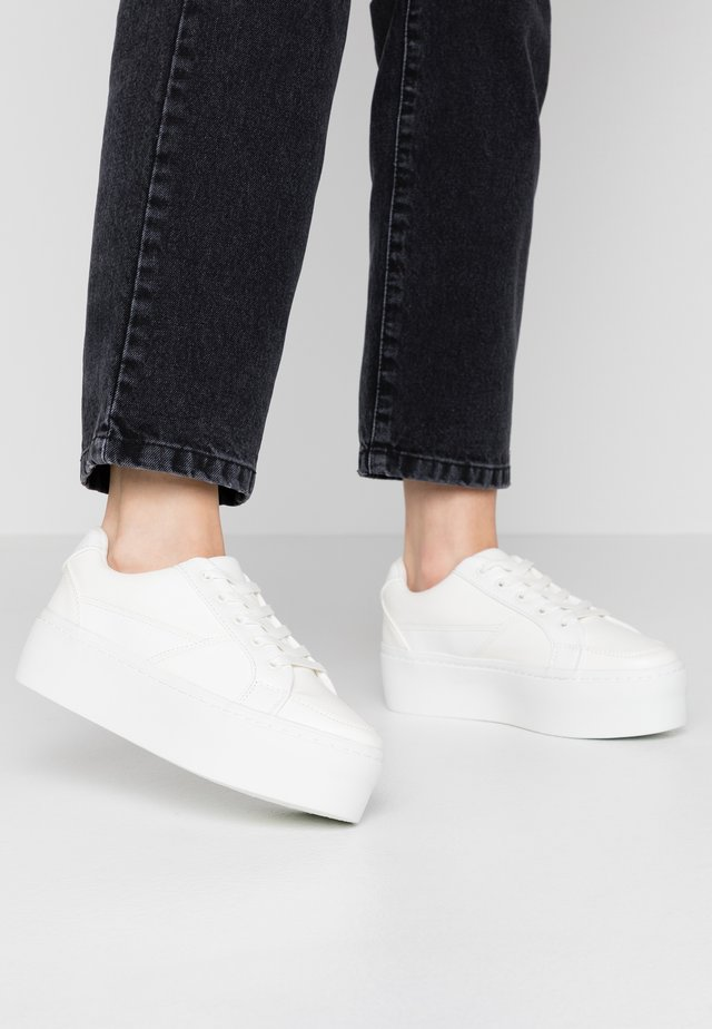 WIDE FIT FLATFORM LACE UP TRAINER - Matalavartiset tennarit - white