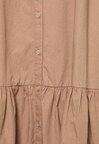 esmé studios - VIVIAN SS MIDI OVERSIZE DRESS - Vestido camisero - brownie - 2