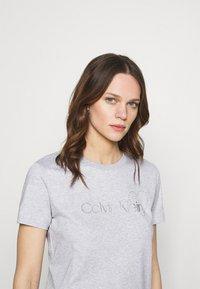 Calvin Klein - VALENTINES CREW NECK TEE - Printtipaita - light grey heather - 3