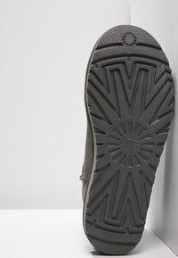 UGG - CLASSIC MINI II - Classic ankle boots - grey - 5