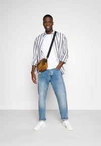Burton Menswear London - SHORT SLEEVE CREW 3 PACK - T-Shirt basic - black/white/light grey - 0