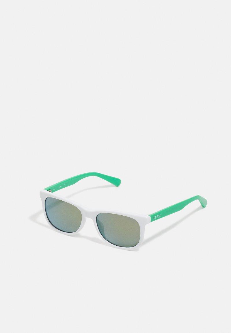 Guess - KIDS EYEWEAR UNISEX - Sluneční brýle - green
