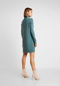 Vero Moda - VMLUCI ROLLNECK DRESS - Sukienka dzianinowa - north atlantic - 3