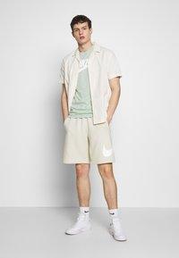 Nike Sportswear - CLUB - Shorts - light bone - 1